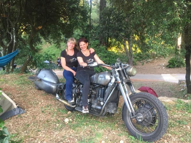 Dvi moterys, du motociklai ir pašėlusi kelionė po Europą.  Violetos Sudnikienės pasakojimas apie nepakartojamus potyrius keliaujant motociklais.